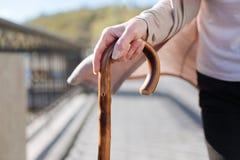 Dessin de femme belle sur le bâton dans des ses mains dehors Photographie stock