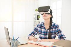 Dessin de femme d'affaires avec des verres de casque de VR Photo stock