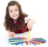 Dessin de fille d'enfant avec les crayons colorés Photos stock