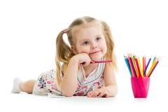 Crayons de dessin de fille d'enfant Images stock