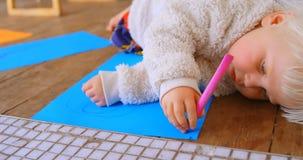 Dessin de fille sur un papier de diagramme avec le marqueur 4k banque de vidéos