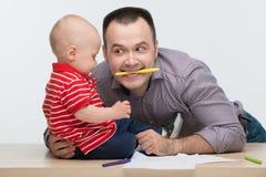 Dessin de fils de père et d'enfant en bas âge Photographie stock
