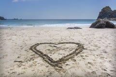 Dessin de forme de coeur sur le sable Photos libres de droits