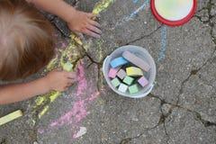 Dessin de garçon avec des crayons de craie photo libre de droits