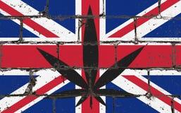 Dessin de jet d'art de rue de graffiti sur le pochoir Feuille de cannabis sur le mur de briques avec le drapeau Royaume-Uni illustration libre de droits