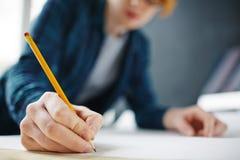 Dessin de main de plan rapproché avec le crayon Photographie stock