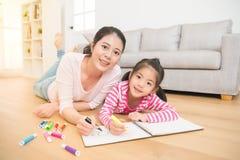 Dessin de peinture de fille avec sa mère Image libre de droits
