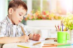Dessin de petit garçon avec le crayon Image libre de droits