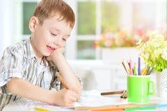 Dessin de petit garçon avec le crayon Images libres de droits