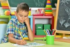 Dessin de petit garçon avec le crayon Photo libre de droits