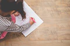 Dessin de petite fille avec le crayon de couleur en papier dans la classe d'artiste ?ducation et concept d'?tude Bonheur créatif  photo stock
