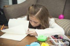 Dessin de petite fille photos colorées utilisant des crayons de crayon Image libre de droits