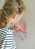 Dessin de petite fille sur le papier peint Photos libres de droits