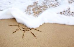 Dessin de Sun dans le sable à la plage des Caraïbes Photos libres de droits