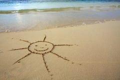 Dessin de Sun dans le sable à la plage des Caraïbes Image libre de droits