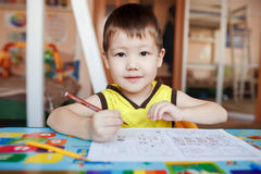 Dessin de trois ans de garçon et lettres wtiting Images libres de droits