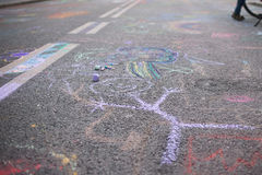 Dessin du ` s d'enfants avec la craie sur un trottoir Photographie stock