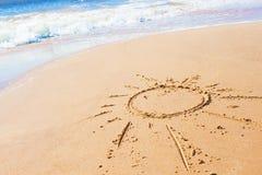 Dessin du soleil sur la plage et la mer Images libres de droits