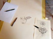 Dessin en cours, artiste créant une image point par point images stock