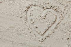 dessin en forme de coeur sur le sable sur la plage Images libres de droits