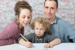Dessin heureux de famille, d'enfant, de père et de mère Image libre de droits