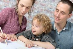 Dessin heureux de famille, d'enfant, de père et de mère Images stock