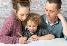 Dessin heureux de famille, d'enfant, de père et de mère Photographie stock libre de droits