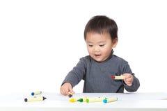 Dessin heureux de garçon d'enfant en bas âge photos libres de droits