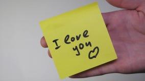 Dessin je t'aime sur le papier jaune Inscription sur l'autocollant je t'aime sur le fond blanc photographie stock libre de droits