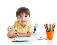 Dessin mignon de garçon d'enfant avec des crayons dans l'école maternelle Photographie stock libre de droits