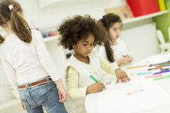 Dessin multiracial d'enfants photos stock