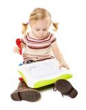 Dessin préscolaire de fille sur un conseil Photos stock