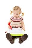 Dessin préscolaire de fille sur un conseil Image stock