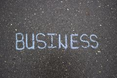 Dessin simple blanc d'affaires sur la craie d'asphalte Photographie stock libre de droits