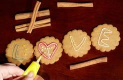 Dessin sur des biscuits de gingembre. Photos libres de droits