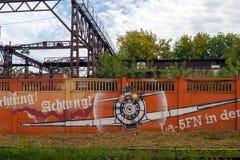 Dessin sur le mur de l'usine de bâtiment de moteur de Perm photos libres de droits