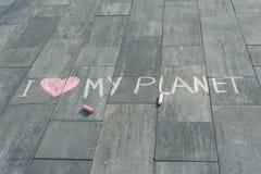 Dessin sur le texte d'asphalte - amour d'I ma planète Photographie stock