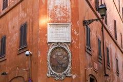 Dessinant au-dessus d'un mur à Rome, l'Italie photo stock