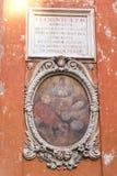 Dessinant au-dessus d'un mur à Rome, l'Italie images stock