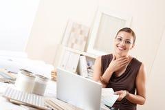 Dessinateur d'intérieurs avec l'échantillon de couleur au bureau photo libre de droits
