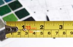 Dessinateur d'intérieurs choisissant la couleur et les matériaux Image stock