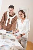 Dessinateur d'intérieurs deux travaillant avec l'échantillon de couleur Photo stock