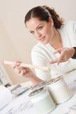 Dessinateur d'intérieurs féminin avec des bidons de peinture Photo libre de droits