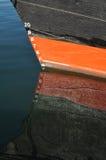 Dessinez les inscriptions sur le bateau rouge et noir Photographie stock libre de droits