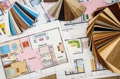 Dessins architecturaux sur le papier et les échantillons de couleurs photographie stock
