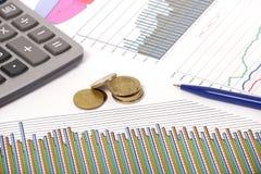 Dessins avec le crayon lecteur et la calculatrice et les pièces de monnaie Images stock