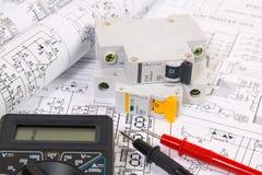 Dessins d'électrotechnique, disjoncteur modulaire et multimètre numérique Images stock