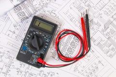 Dessins d'électrotechnique et multimètre numérique Image libre de droits