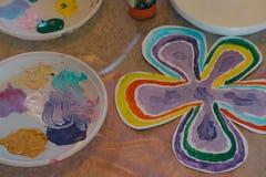 Dessins d'enfants fleur, peintures et brosses Photographie stock