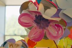 Dessins d'enfants fleur, peintures et brosses Photos stock